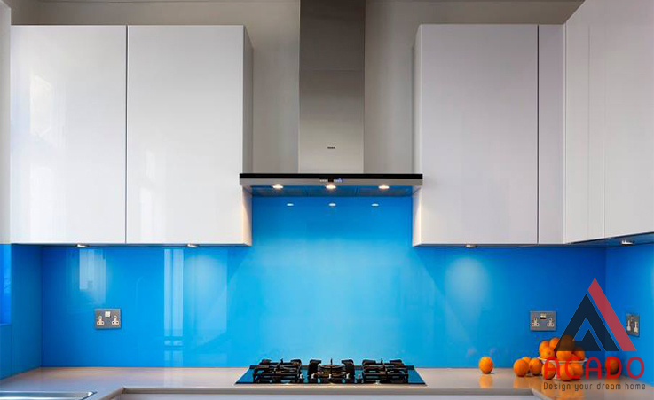 Mẫu màu xanh nước biển mang lại sự tươi mát cho căn bếp.