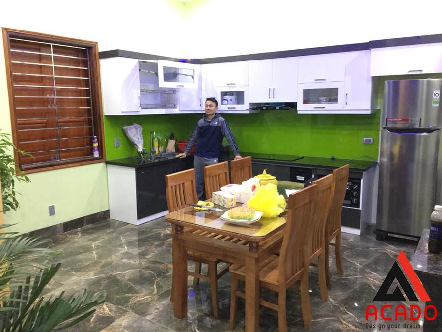 Mẫu tủ bếp màu ghi trắng kết hợp sau khi hoàn thiện.