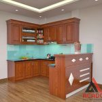 Tủ bếp gỗ xoan đào kết hợp kính bếp màu trắng xanh trẻ trung, sang trọng