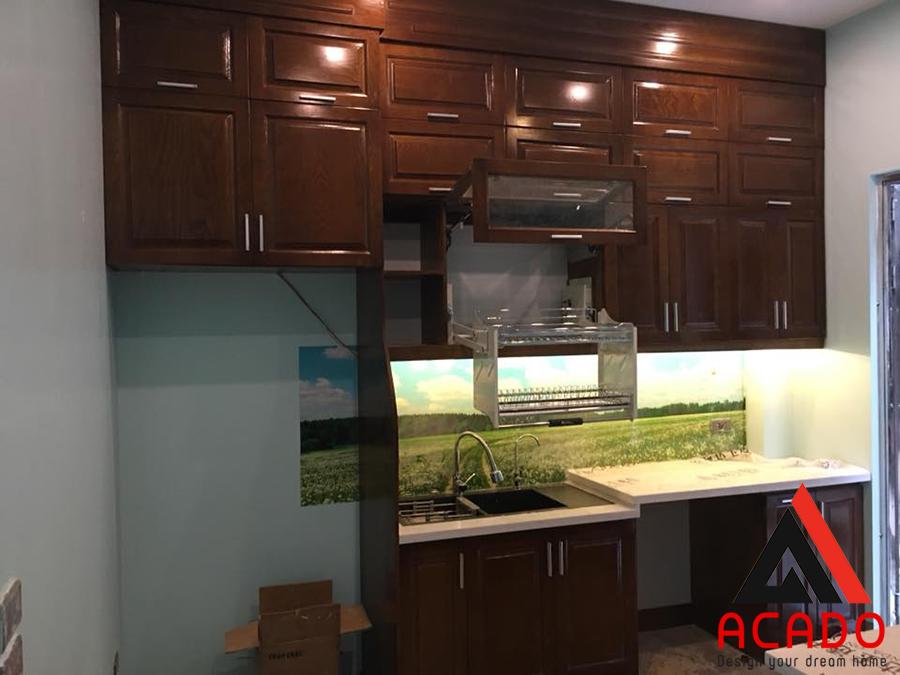 Tủ bếp gỗ Xoan Đào phun màu cánh gián đậm.