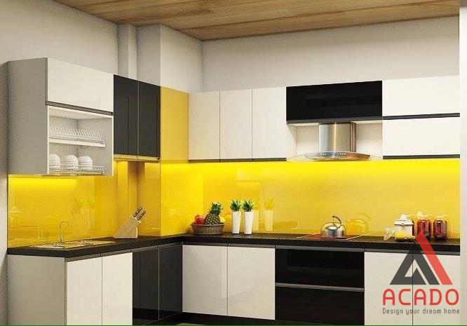 Kính bếp màu vàng chanh kết hợp với màu vàng quá nổi bật.