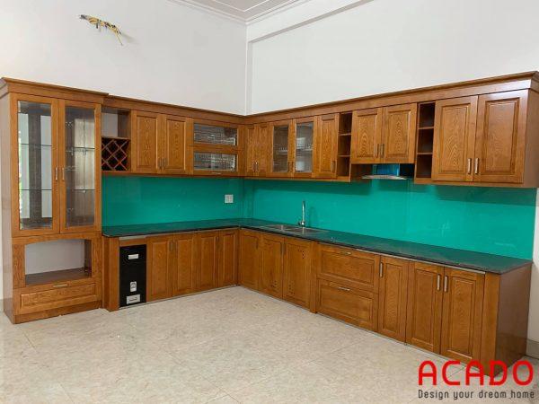 Tủ bếp gỗ sồi Nga dáng chữ L với kính bếp màu xanh ngọc hiện đại