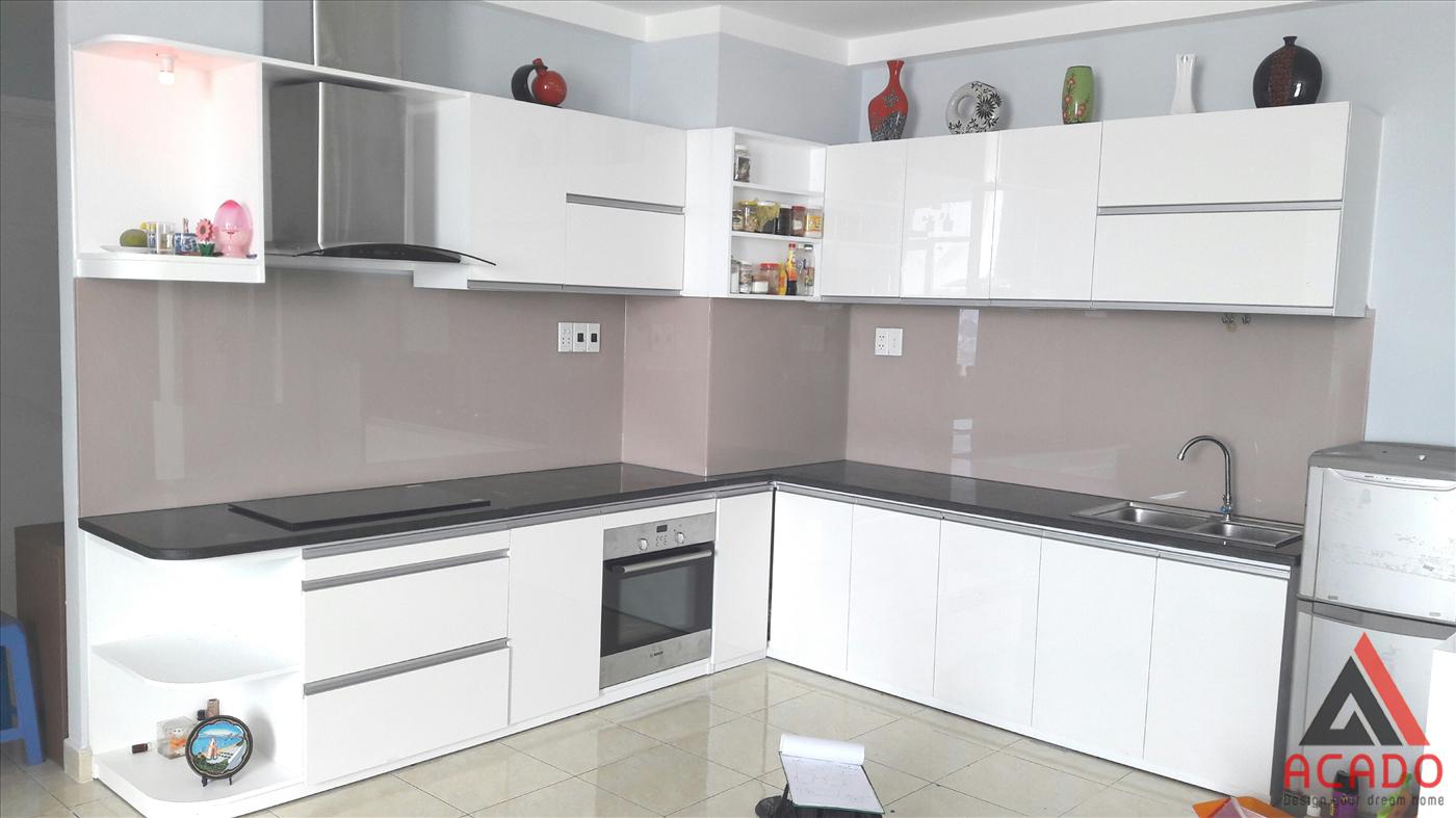 Mẫu kính màu hồng nhạt làm căn bếp sáng hơn rất nhiều.