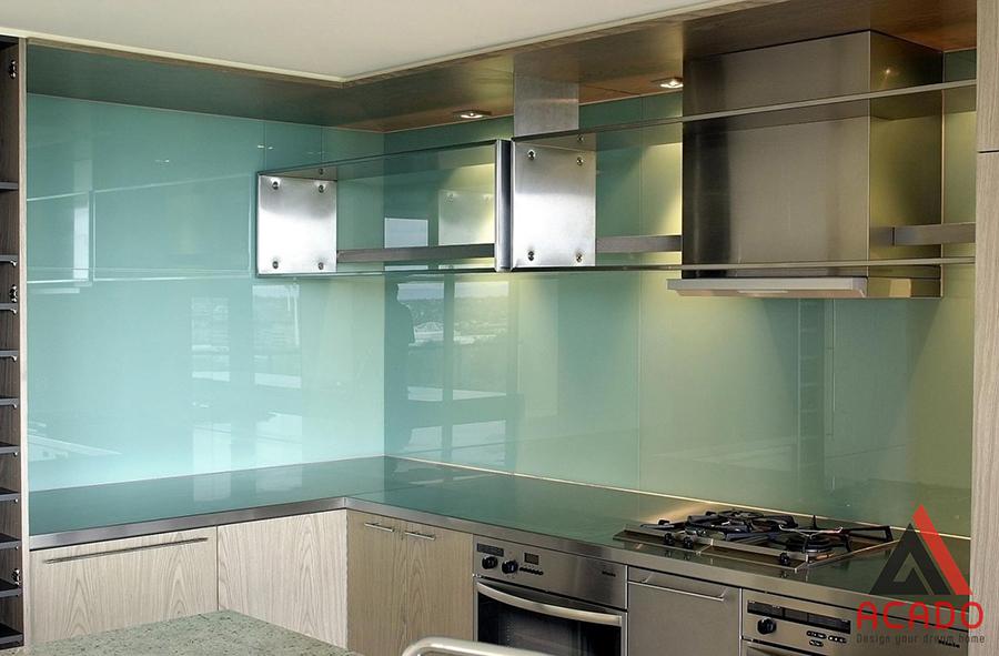 Kính ốp bếp màu xanh ngọc cho căn bếp rất sáng màu đồng thời mang vẻ đẹp hiện đại.