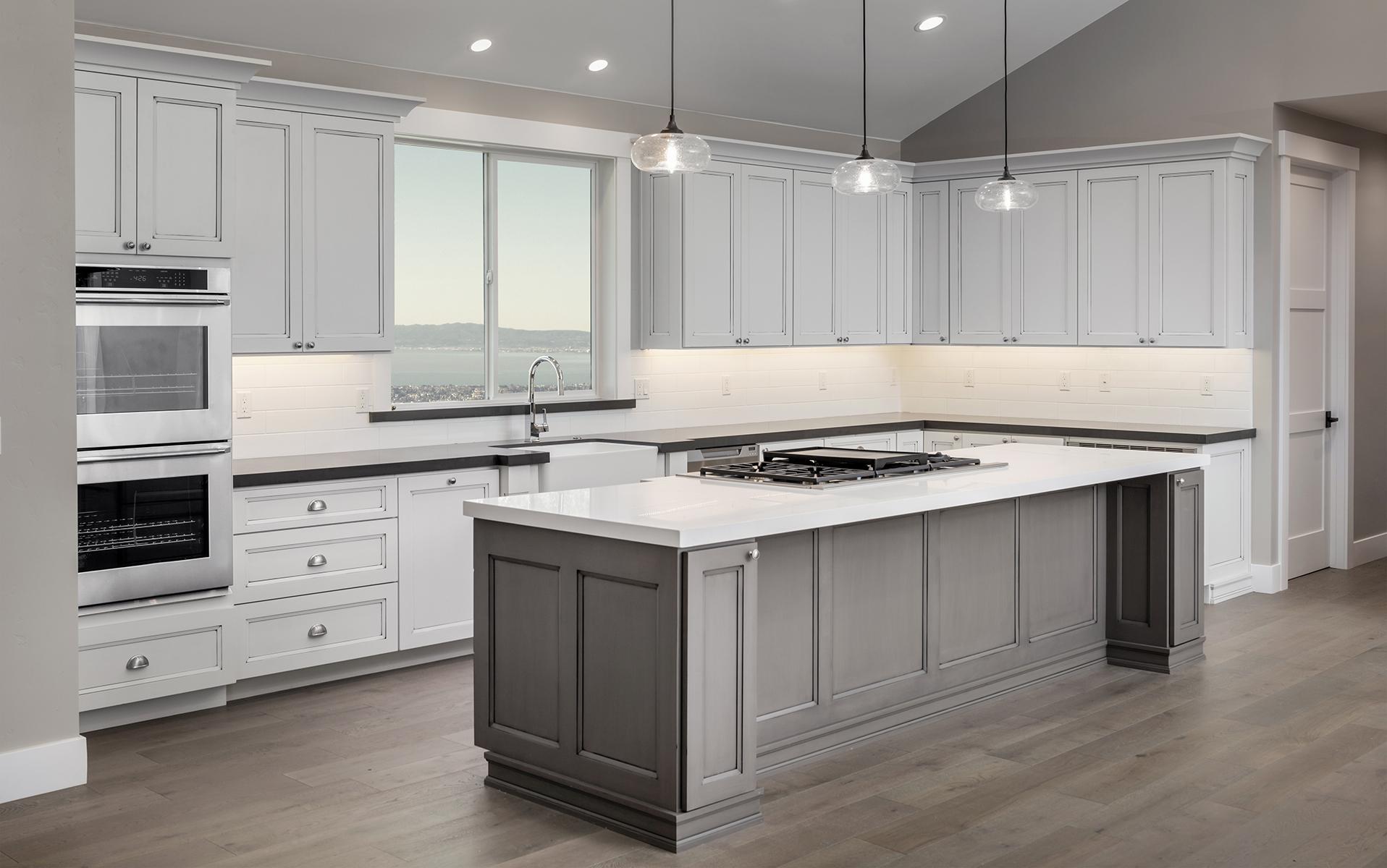 Căn bếp phong cách tân cổ điển tone chủ đạo là màu trắng tôn lên vẻ đẹp sang trọng của căn biệt thự.