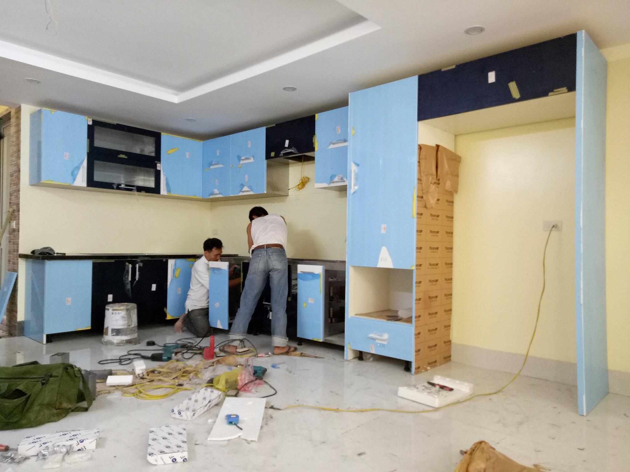 Các thợ tay nghề cao bên Acado đang thi công lắp đặt thiết bị bếp