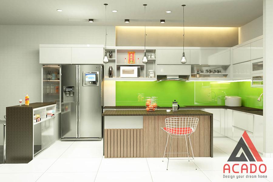 Mẫu tủ bếp Acrylic màu trắng kết hợp bàn đảo màu vân gỗ ở giữa làm điểm nhấn.