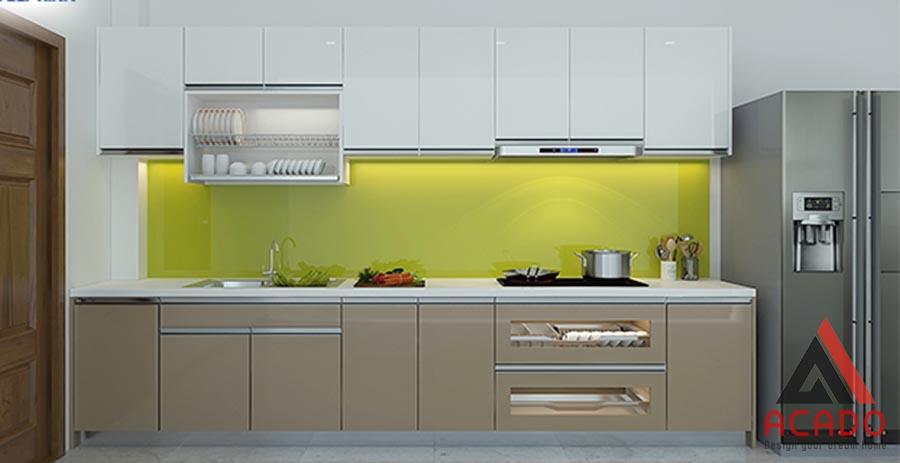 Tủ bếp Acrylic hình chữ i, màu ánh vàng sang trọng, hiện đại.