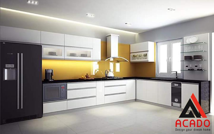 Tủ bếp Acrylic cánh trắng đá ốp vàng tạo điểm nhấn