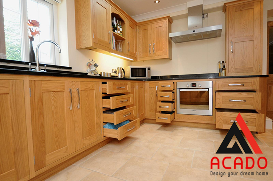 Tủ bếp gỗ sồi nga mang lại sự ấm cúng cho không gian bếp. Màu vàng nhã nhặn được rất nhiều gia đình yêu thích
