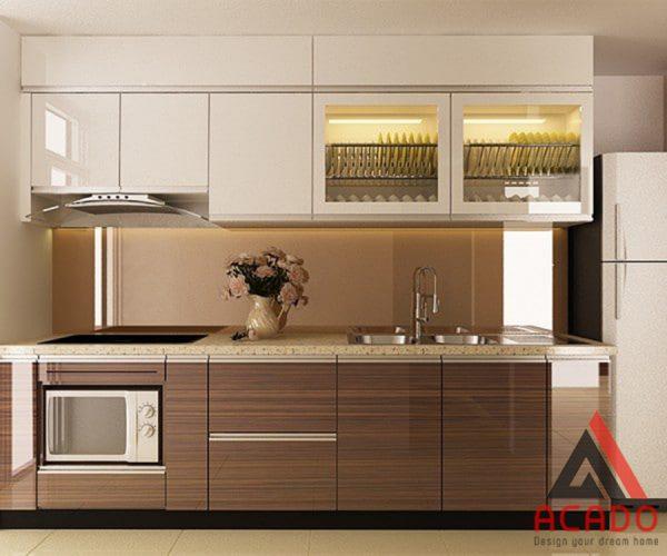 Tủ bếp laminate kết hợp giữa vân gỗ và màu trắng hiện đại.