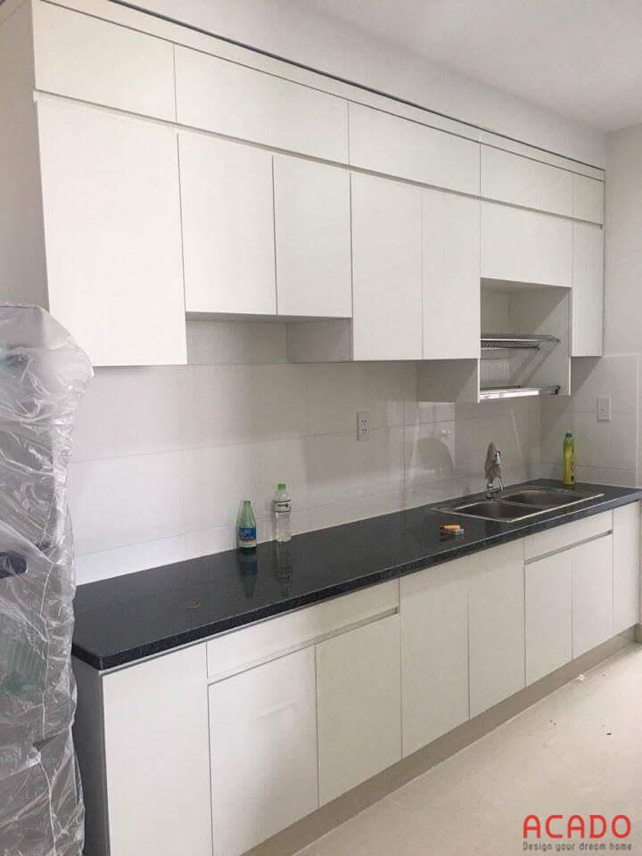 Thi công thực tế bộ tủ bếp Laminate màu trắng.