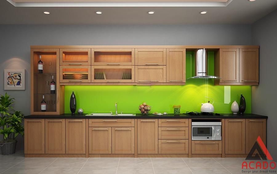Tủ bếp gỗ sồi Mỹ kết hợp với kính xanh sẽ rất sáng, tự nhiên.