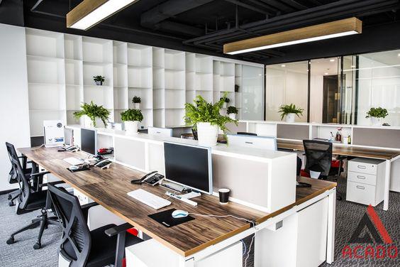 Văn phòng với tone chủ đạo là trắng và gỗ tạo cảm giác thanh lịch.