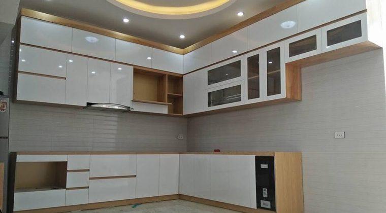Công trình tủ bếp gỗ công nghiệp kết hợp từ màu vân gỗ vàng nhạt và màu trắng.