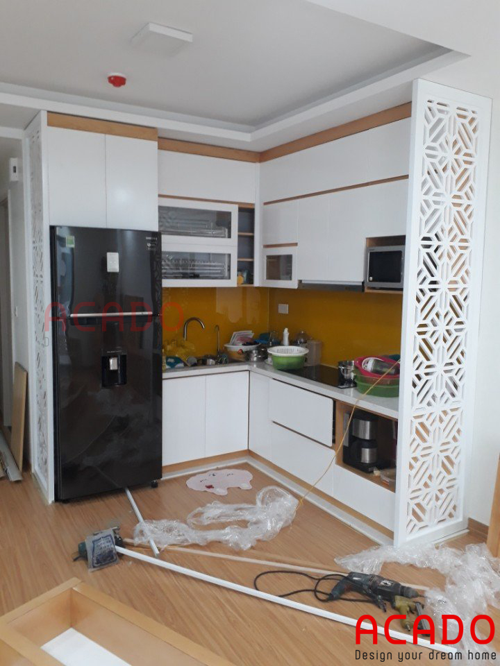 tủ bếp giá rẻ hình chữ L màu trắng kết hợp với sắc cam