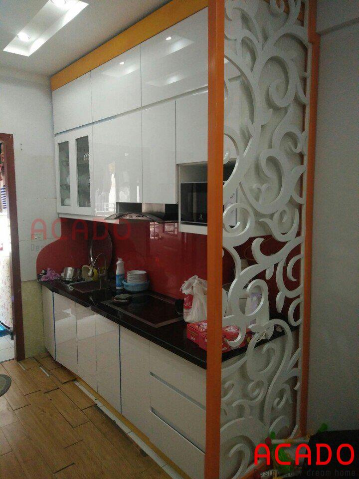 Tủ bếp acrylic trắng kết hợp với chút màu cam làm điểm nhấn khá ân tượng cho căn bếp.
