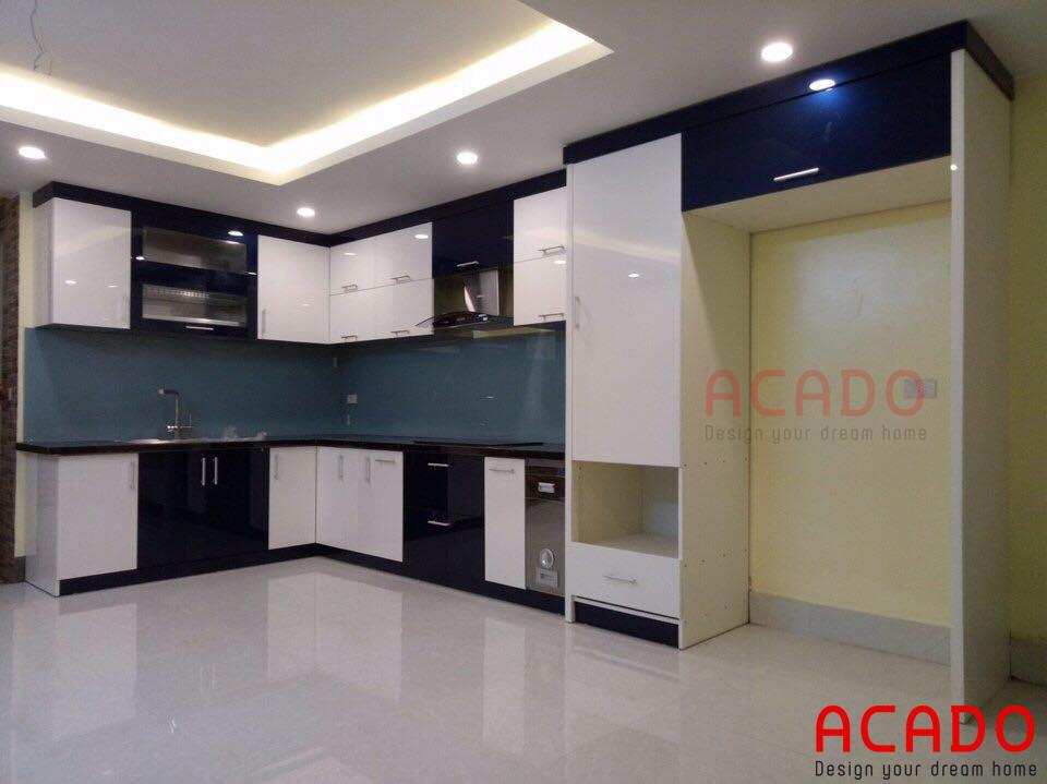 Bộ tủ bếp với màu sắc kết hợp giữa 1 màu tối và một màu sáng.