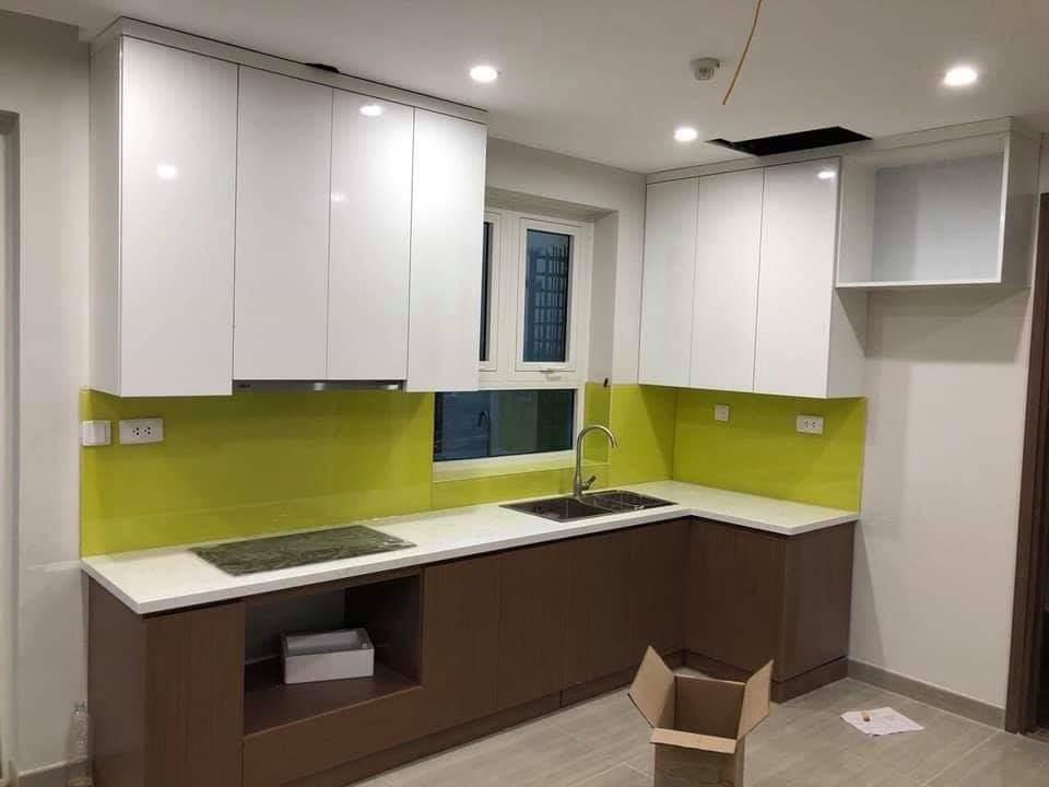 Mẫu tủ bếp thiết kế tận dụng cửa sổ thoáng mát.