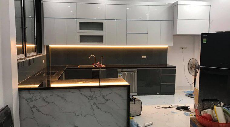 Tủ bếp gỗ công nghiệp Acrylic chữ U kính bếp màu đen sang trọng, hiện đại cho phòng bếp
