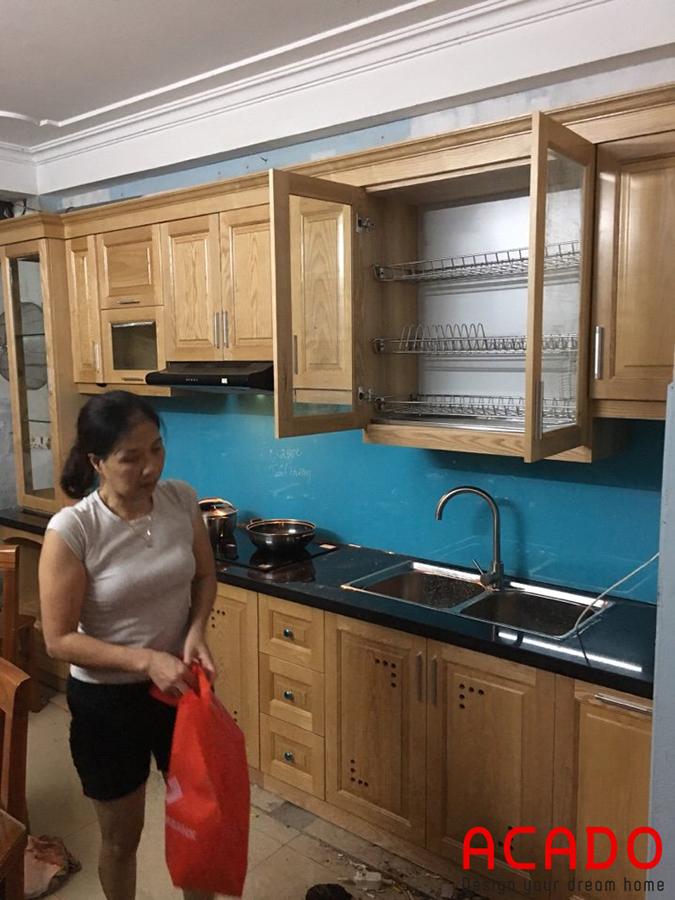Hình ảnh hoàn thành tủ bếp tại Mỹ Đình. Với thiết kế bảng gỗ sồi nga phủ sơn PU cao cấp giữ lại màu sắc và đường vân gỗ tự nhiên .Mang lại vẻ mộc mạc nhưng không kém phần hiện đại của bộ tủ bếp