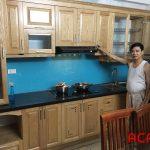 Tủ bếp gỗ sồi Nga kính bếp xanh dương kiểu dáng chữ i đơn giản mà sang trọng