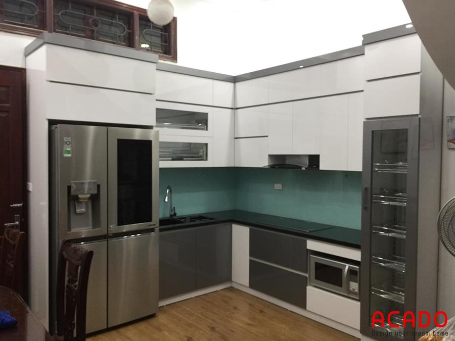 Tủ bếp tiện nghi, hiện đại tông màu trắng, xám đậm.
