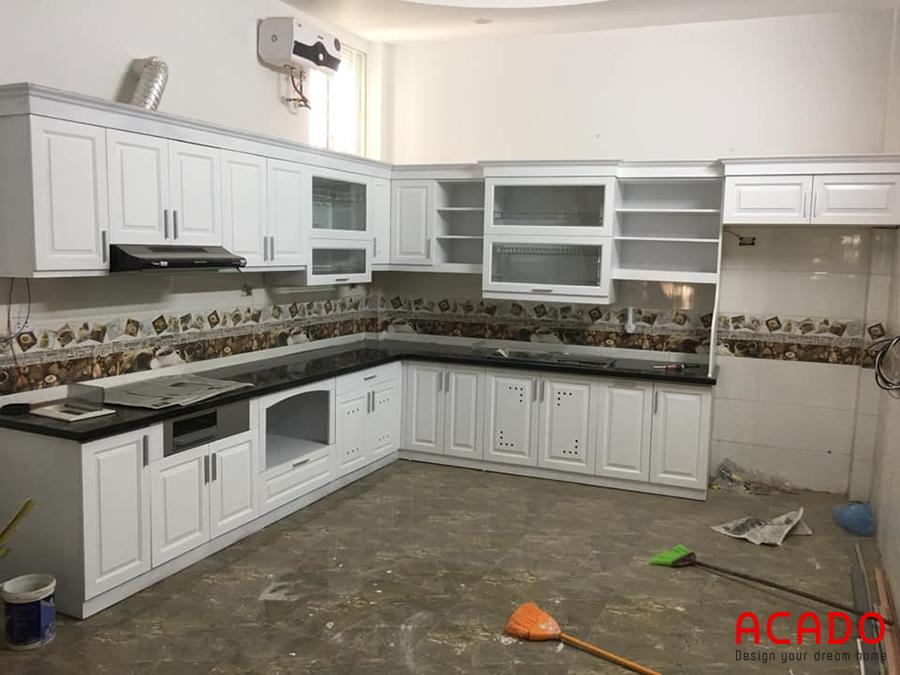 Tủ bếp gỗ tự nhiên phủ sơn trắng tinh tế, sang trọng.