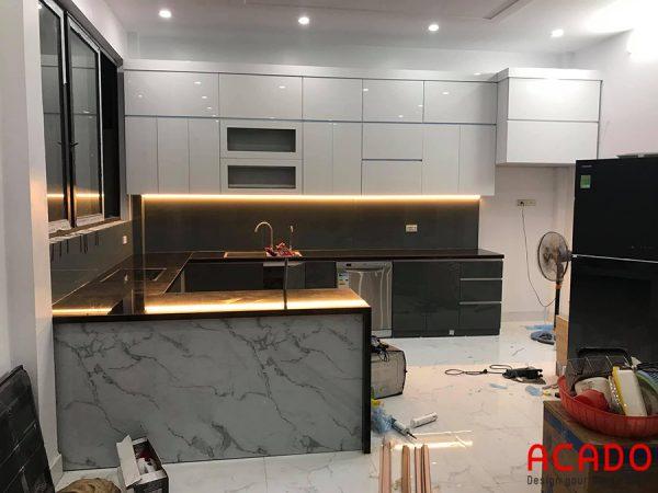 Tủ bếp gỗ công nghiệp Acrylic hình chữ U màu trắng đen hiện đại - ACADO.VN