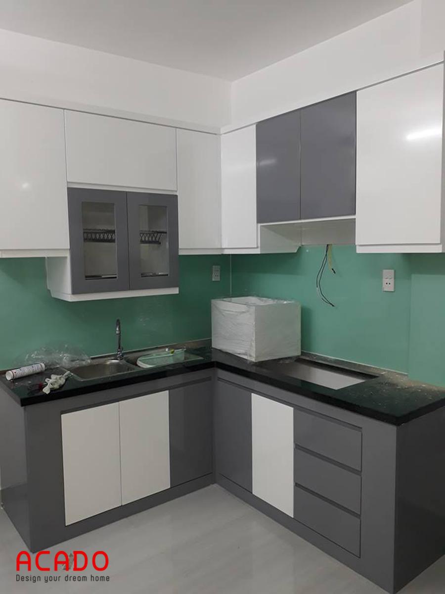 Tủ bếp Melamine chữ L kết hợp trắng xám.