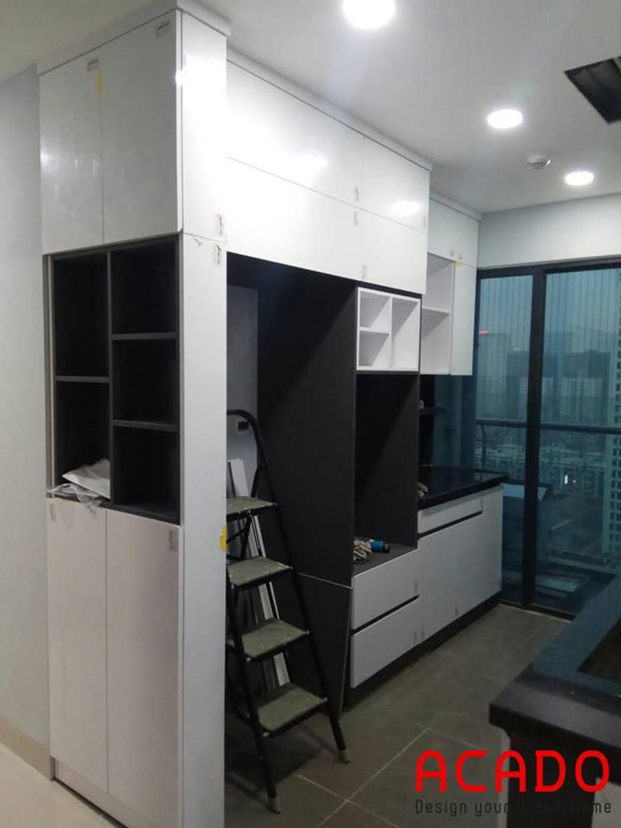 Mẫu tủ bếp kết hợp đen trắng.