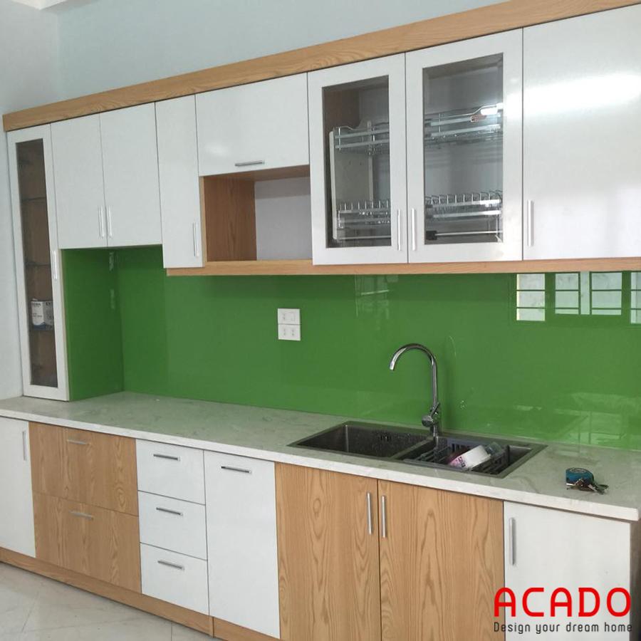 Tủ bếp đẹp gỗ công nghiệp chữ I kết hợp màu trắng và màu vân gỗ.