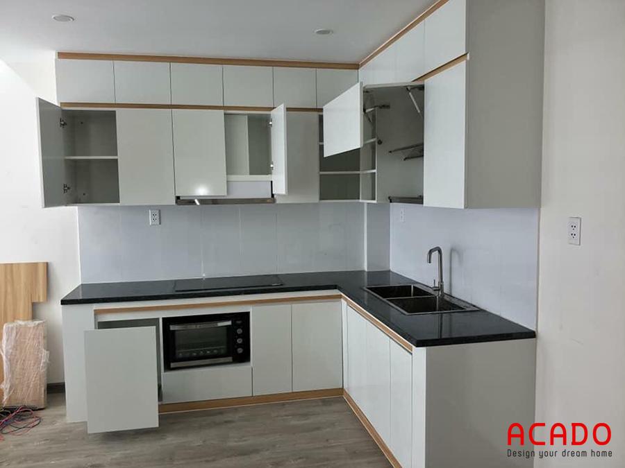 Tủ bếp chữ L MDF màu trắng đầy đủ tiện nghi.