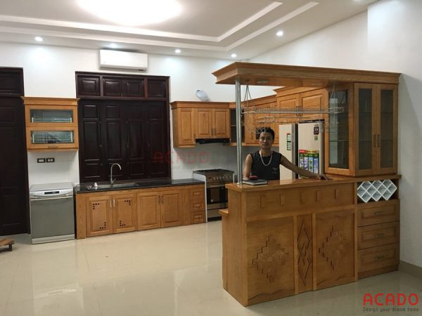 Mẫu tủ bếp gỗ sồi Nga kết hợp quầy bar sang trọng