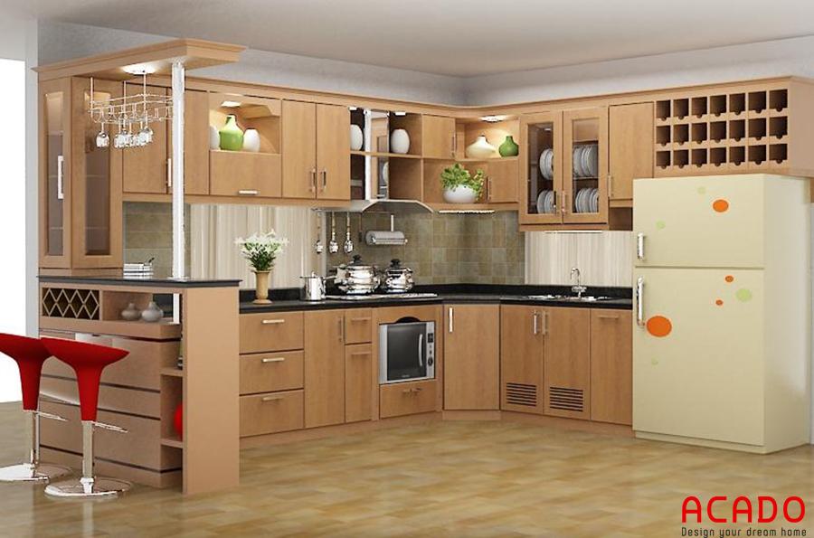 Mẫu tủ bếp gỗ sồi Nga với đường vân gỗ uốn lượn tự nhiên kết hợp với quầy bar và sử dụng tủ kịch trần