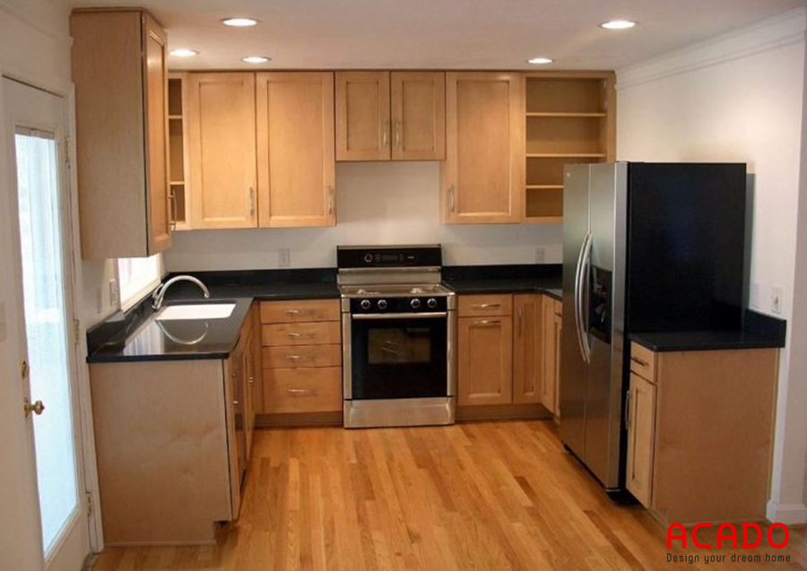 Mẫu tủ bếp gỗi sồi nga giá rẻ hình chữ U khá bắt mắt