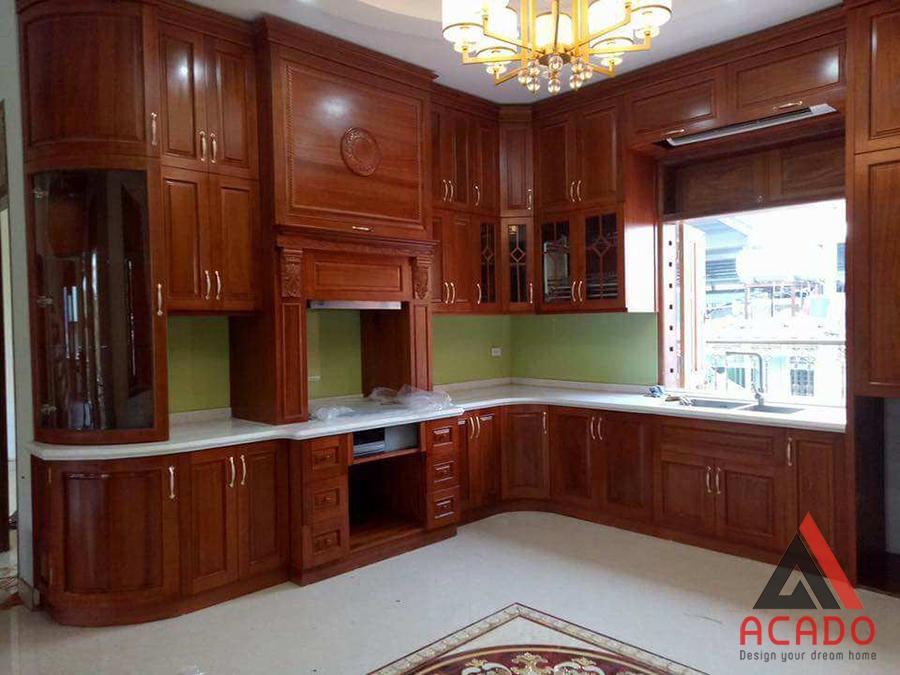 Tủ bếp gỗ xoan đào với thiết kế tân cổ điển