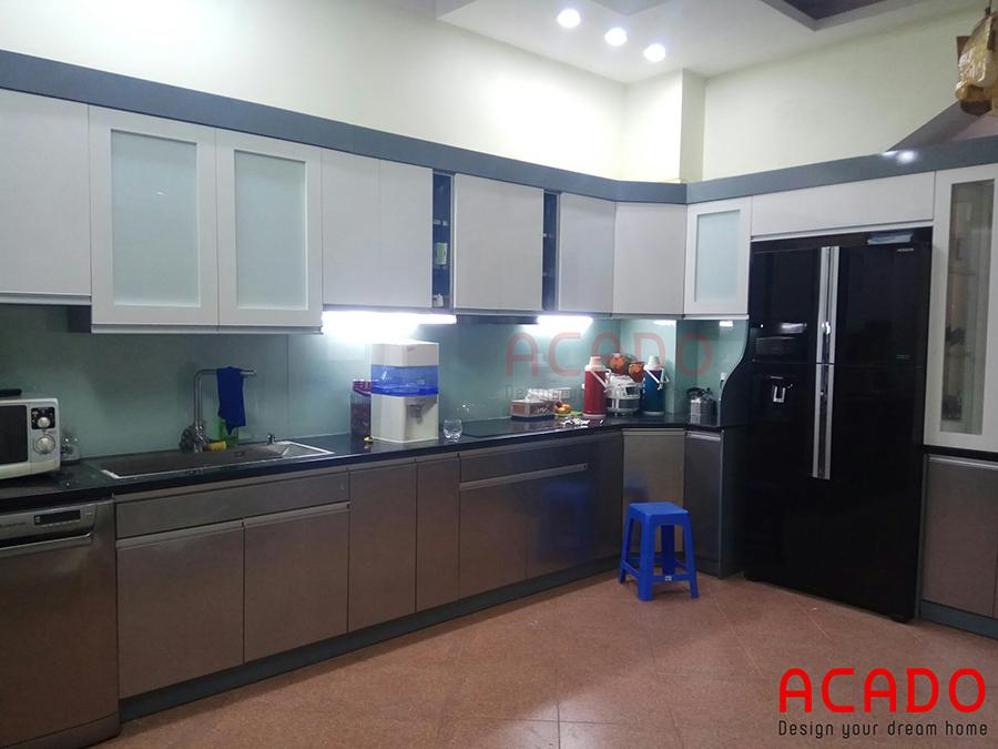 Thùng tủ bằng inox cao cáp với cánh tủ được làm từ chất liệu Acrylic bóng gương. Dễ dàng vệ sinh sau khi sử dụng
