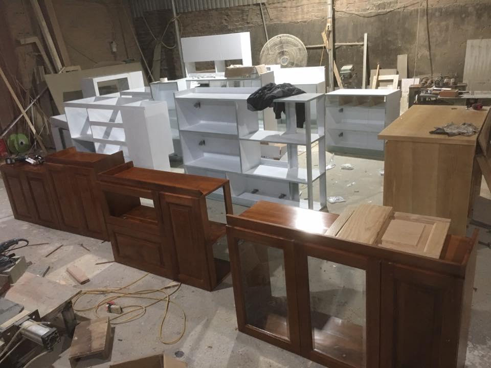 Khu vực thi công gỗ công nghiệp tại xưởng sản xuất.
