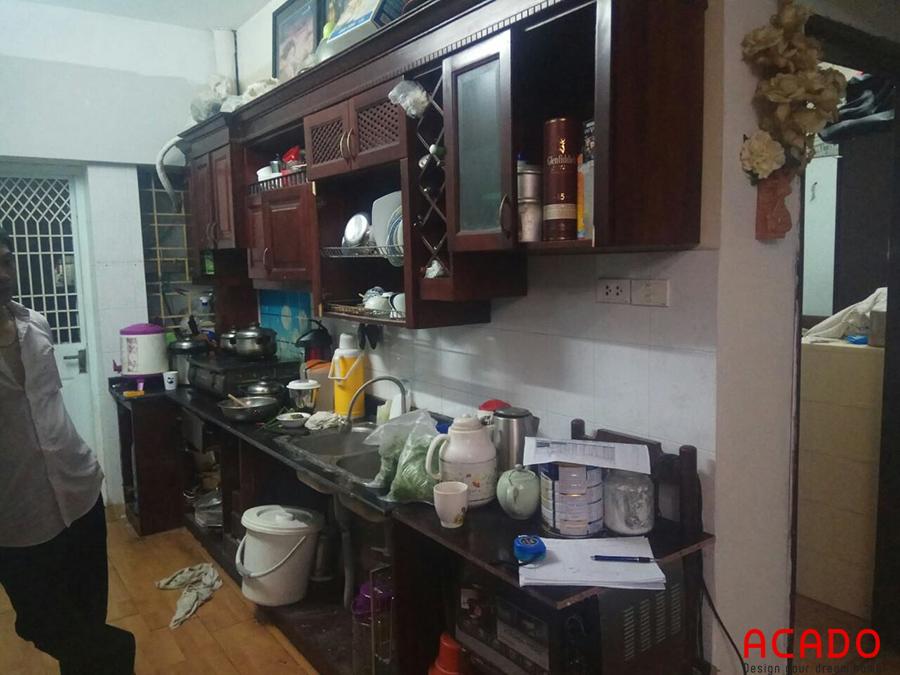 Tủ bếp cũ là gỗ tạp sau thời gian sử dụng đã hỏng và không được vệ sinh không sạch sẽ.