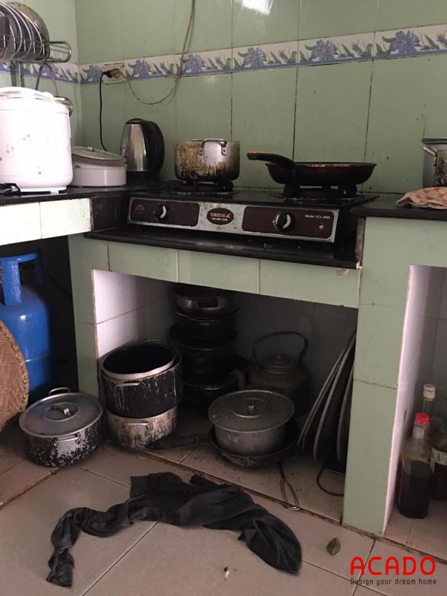 Hiện trang căn bếp của gia đình. Rất đơn giản và bất tiện khi nấu nướng