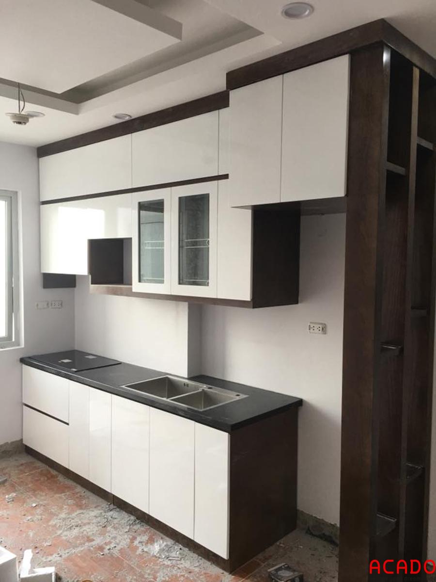 Tủ bếp gỗ công nghiệp hình chữ I kết hợp tủ kịch trần để những đồ ít sử dụng giúp tiết kiệm không gian một cách tối đa