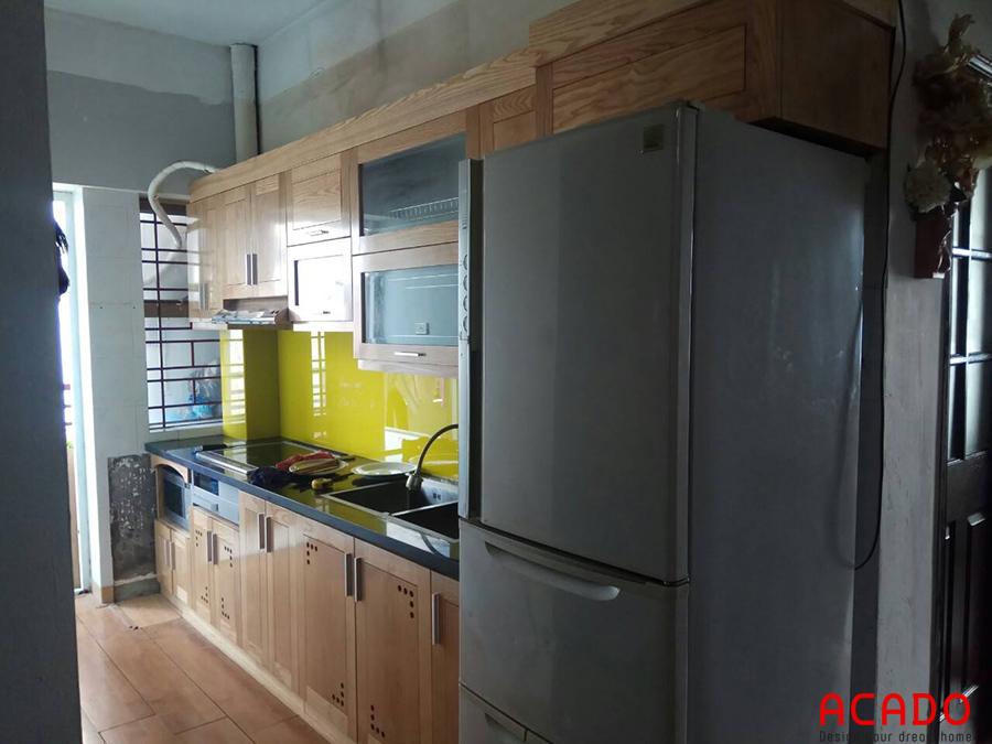 Tủ bếp tại Văn Quán đã hoàn thành. Tủ bếp chữ i tiết kiệm diện tích, màu gỗ sang smauf kết hợp với kính bếp màu vàng khiến không gian bếp thên sáng và thoáng hơn