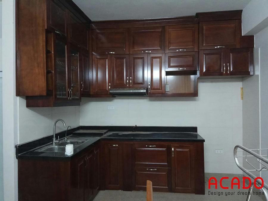 Hình ảnh hoàn thành tủ bếp tại Tứ Hiệp-Thanh Trì. Với chất liệu bằng gỗ xoan đào màu cánh gián được phủ sơn PU cao cấp mang lại không gian ấm áp cho căn bếp