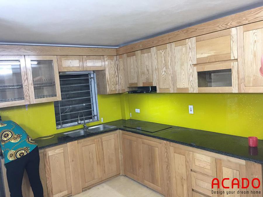 Hình ảnh hoàn thiện bộ tủ bếp. Sử dụng chất liệu gỗ sồi phủ sơn PU cao cấp để giữ lại màu sắc và đường vân tự nhiên của gỗ mang lại không gian
