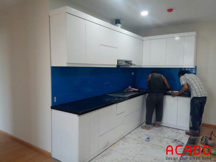 Các anh thợ của acado đang miệt mài lắp đặt những công đoạn cuối hoàn thiện bộ tủ bếp của gia đình