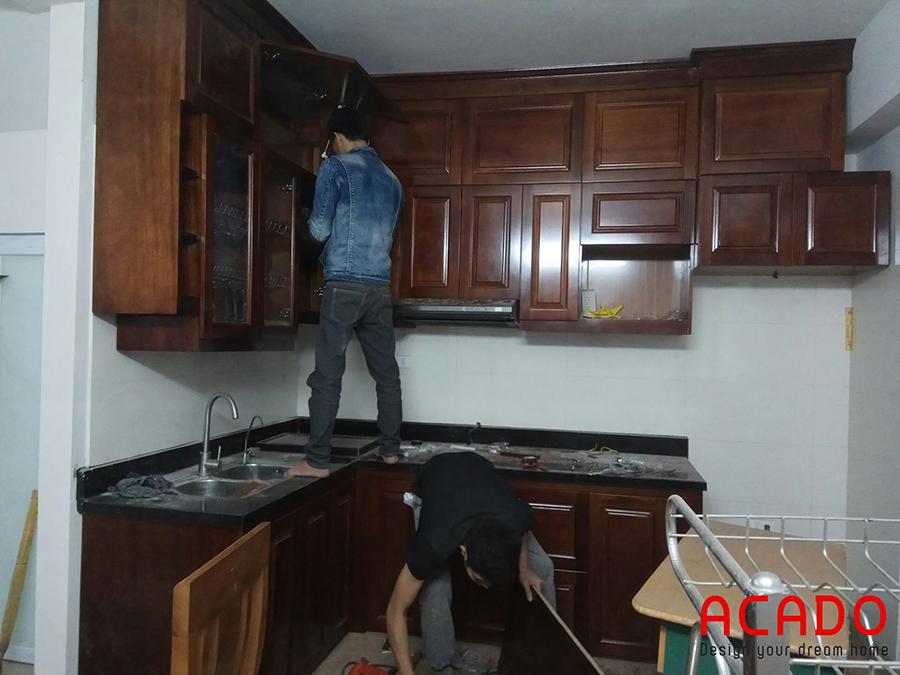 Các anh thợ của Acado đang miệt mài lắp đặt hoàn thiện bộ tủ bếp cho gia chủ