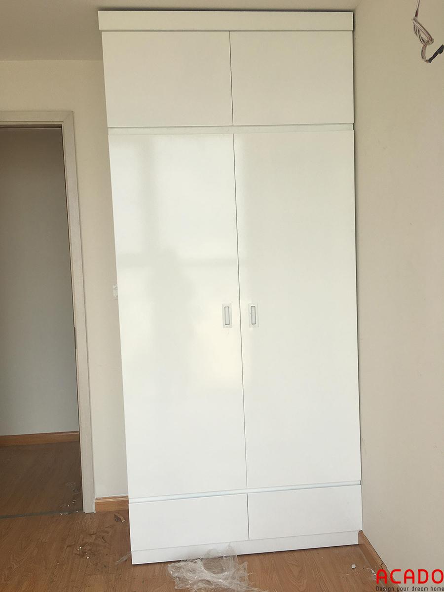 Tủ quần áo của 2 vợ chồng sử dụng tủ kịch trần tiết kiệm diện tích tối đa.