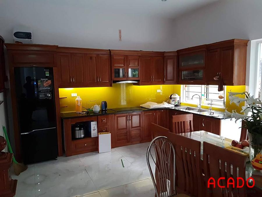Tủ bếp xoan đào chữ L màu cánh dán đậm sơn PU