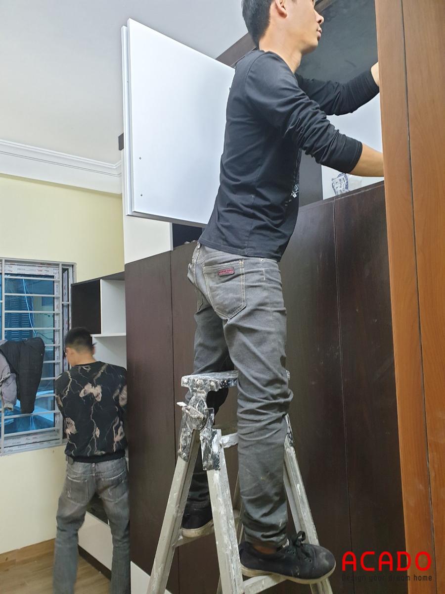 Đội thợ của Acado thi công lắp tủ quần áo